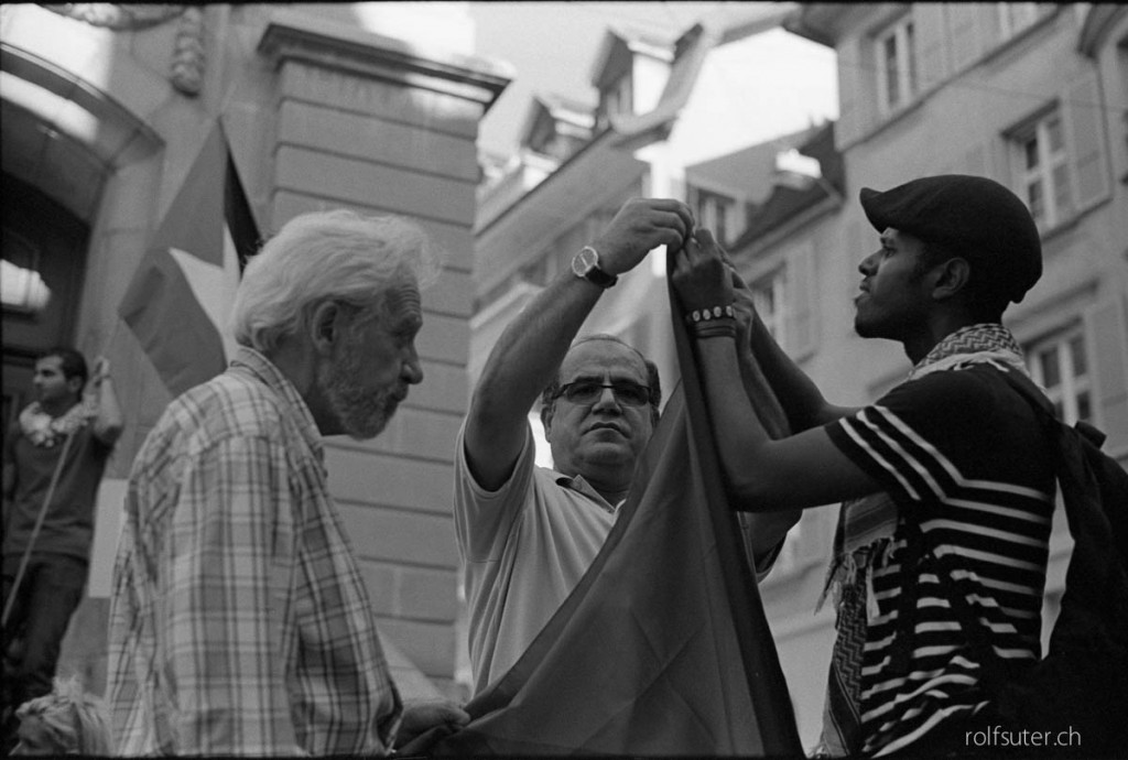Mounting the flag for the demonstration in Lausanne