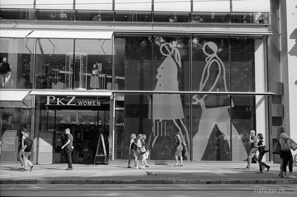Julian Opie's big LED-screen at PKZ Women | Zürich Bahnhofstrasse