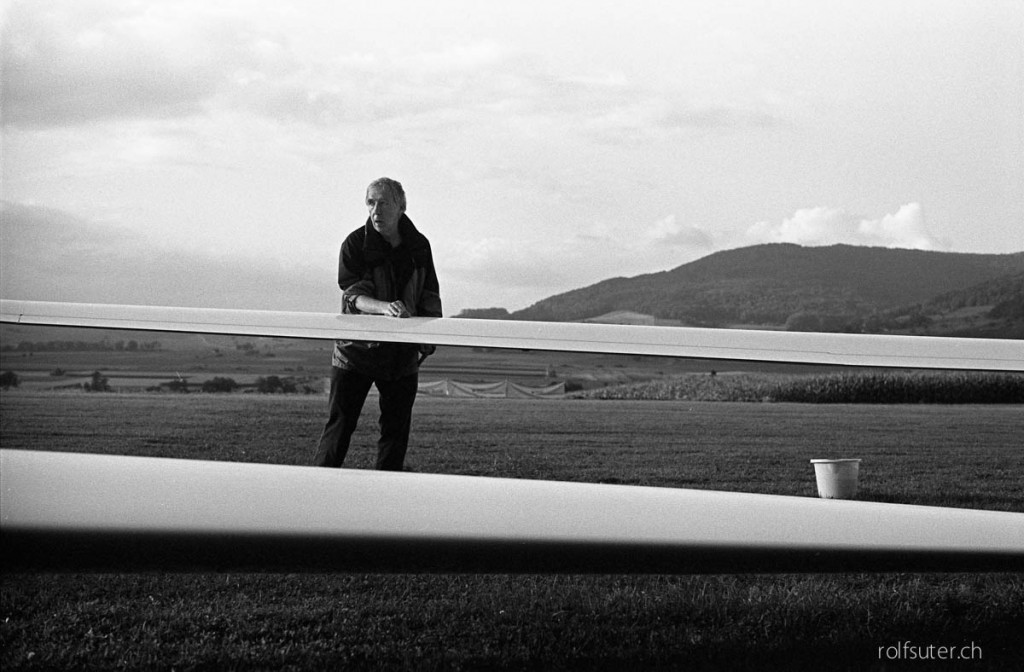 Man cleaning the sailplane | Schmerlat near Schaffhausen