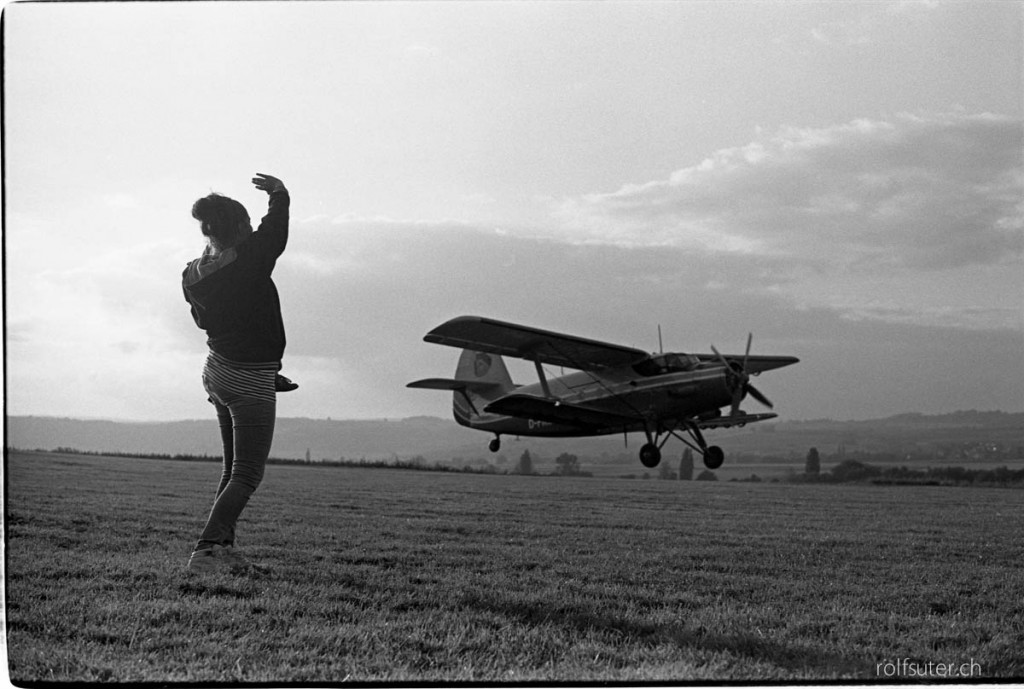 Woman waving good bye to the big Antonov biplane | Schmerlat near Schaffhausen
